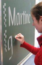 Studente tijdens het oefenen van sierschrift...
