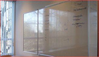 Een whiteboard spiegelt en de letters worden doorgaans te klein geschreven...